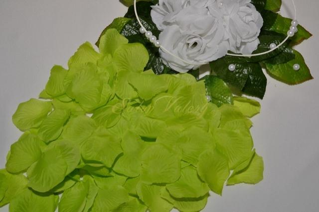 Okvětní plátky růží - jarní zelená