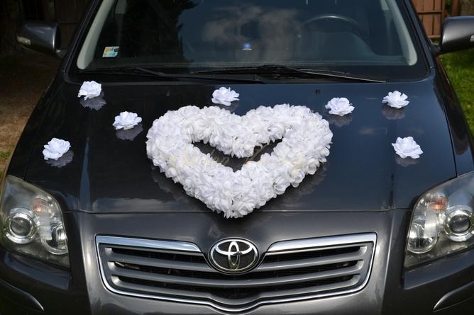 Svatební kytice na auto - srdce z růží bílé