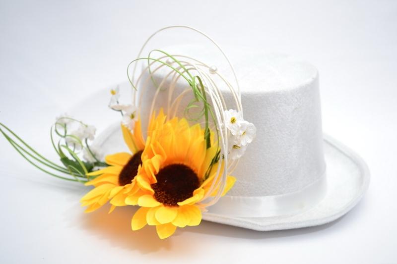 Bílý cylindr se slunečnicí
