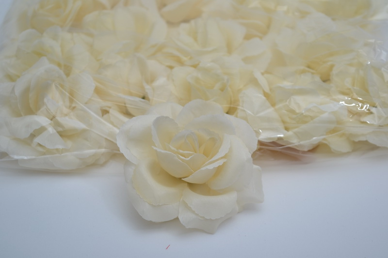 Balení samolepících růží 24 ks - krémové