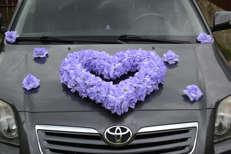 Svatební kytice na auto - srdce z růží lila