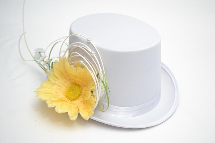 Bílý cylindr s gerberou/pedigem - žlutý
